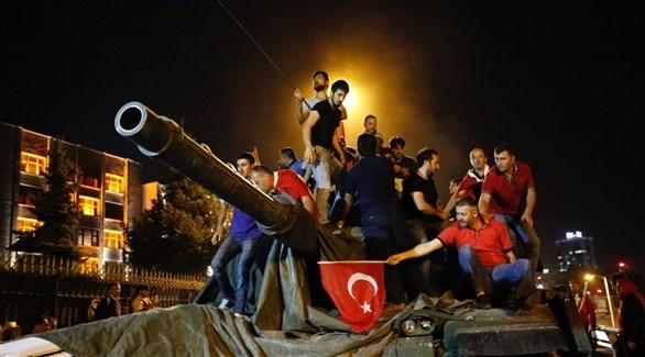 أتراك مؤيدون لأردوغان على ظهر دبابة بعد الانقلاب الفاشل في  2016 (أرشيف)