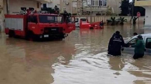 الدفاع المدني في بنغازي يحاول مساعدة عالقين في سياراتهم (ليبيا 218)