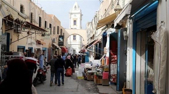 ليبيون في إحدى الأسواق القديمة في العاصمة طرابلس (أرشيف)