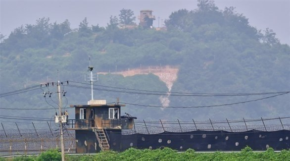 موقعان للحراسة لكوريا الجنوبية (في الأسفل) وكوريا الشمالية (في الأعلى) في مدينة باجو الحدودية (أ ف ب)