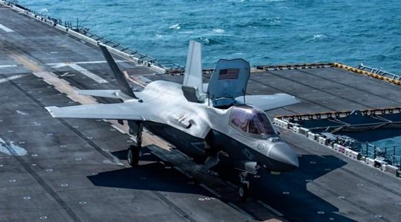 مقاتلة أمريكية على متن حاملة الطائرات يو.أس.أس هاري (تويتر)
