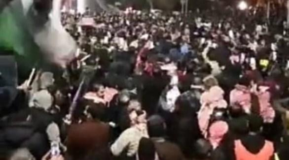 أردنيون معتصمون أمام مقر رئاسة الوزراء (تويتر)