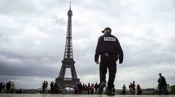 شرطي في ميدان مارس أمام برج إيفل (أرشيف)