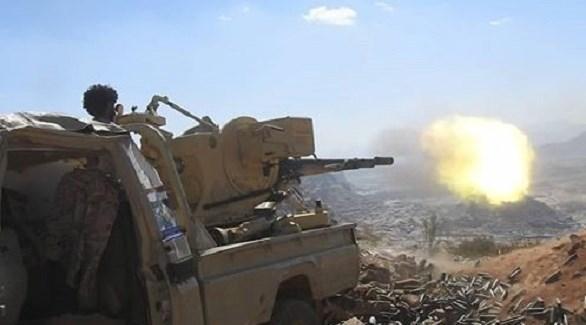 جندي يمني يُطلق النار من مدفع على ظهر شاحنة (سبتمبر نت)