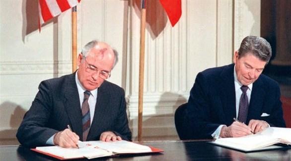رونالد ريغان وميخائيل غورباتشيف عند توقيع معاهدة الحد من الأسلحة النووية في 1987 (أرشيف)