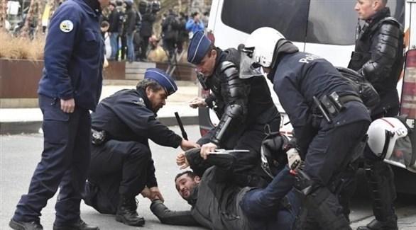 الشرطة البلجيكية تعتقل متظاهر خلال الاحتجاجات في بروكسل (أ ب)