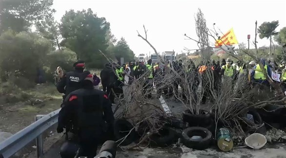 انفصاليون يغلقون طريقاً في كتالونيا (تويتر)