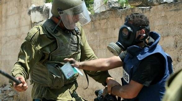 جندي في جيش الاحتلال الإسرائيلي يهاجم صحافياً فلسطينياً في الضفة الغربية (أرشيف)
