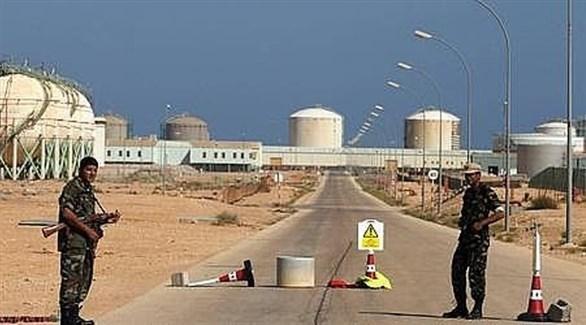 عناصر أمن أمام مدخل حقل الشرارة النفطي في ليبيا (أرشيف)