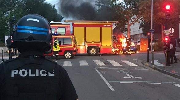 الدفاع المدني والشرطة يحاولان السيطرة على حرائق نانت (تويتر)
