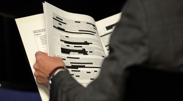 صحفي كندي ممسكاً بتقرير بعد مروره على الرقابة (الإعلام الكندي)