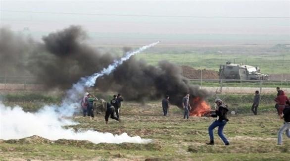 فلسطينيون يواجهون جنوداً إسرائيليين على السياج الحدودي (أرشيف)