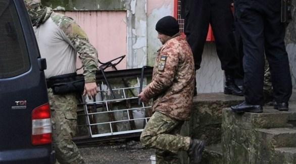 أحد البحارة الأوكرانيين بعد توقيفه احتياطياً من قبل محكمة روسية (أرشيف)
