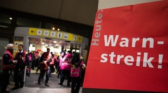 مضربون عن العمل من نقابة فيردي في مطار تيغل ببرلين (إ ب أ)