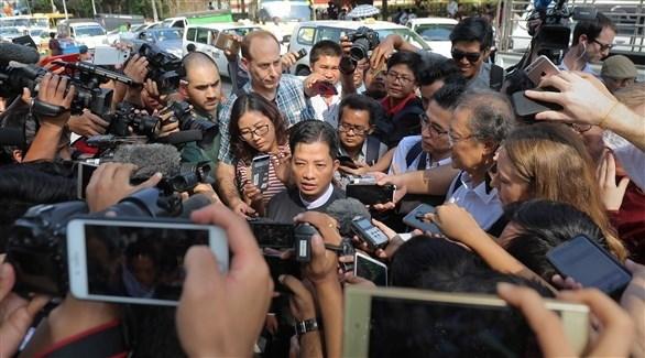 المحامي متحدثاً أمام وسائل الإعلام (أ ف ب)