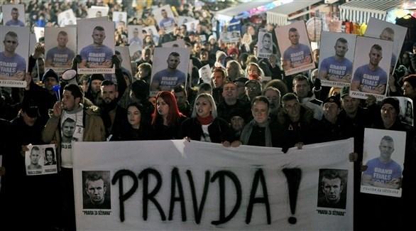 متظاهرون في البوسنة برفعون يافطة كُتب عليها