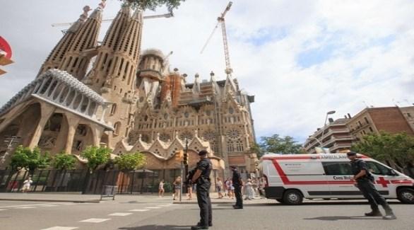 عناصر من الشرطة الكتالونية أمام كنيسة العائلة المقدسة في برشلونة (أرشيف)