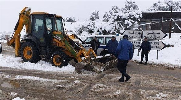 الشرطة الجزائرية تساعد في فتح الطرقات المغلقة بسبب الثلوج في شرق البلاد (فيس بوك)