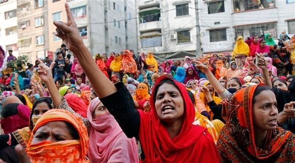 عاملات مصانع في النسيج تتظاهرن في دكا (اي بي ايه)