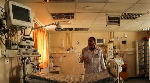طبيب في مستشفى الدرة بعد انقطاع الكهرباء عنه (أرشيف)
