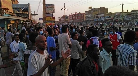 متظاهرون في السودان فرقتهم الشرطة خلال توجههم إلى القصر الرئاسي (أ ف ب)