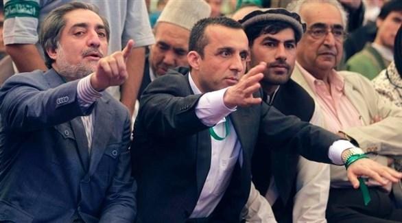 وزير الداخلية الأفغاني أمر الله صالح في المنتصف (تويتر)