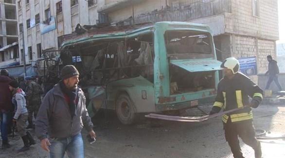 مسعفون حول الحافلة المستهدفة في عفرين (تويتر)