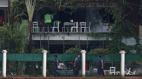 الشرطة البنغالية في مقهى دكا بعد تحرير الرهائن وقتل المهاجمين (أرشيف)