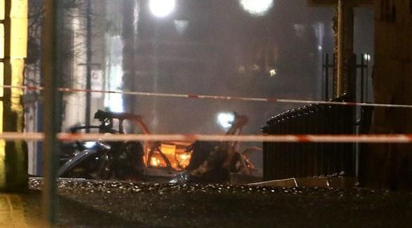 طوق أمني حول بقايا السيارة المحترقة في شارع بيشوب بلندنديري الأيرلندية (كوزواي نيوز)