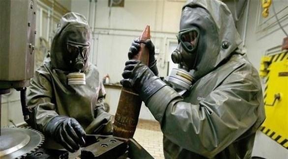 خبيران يحفضان سلاحاً كيماويا في حاوية (أرشيف)