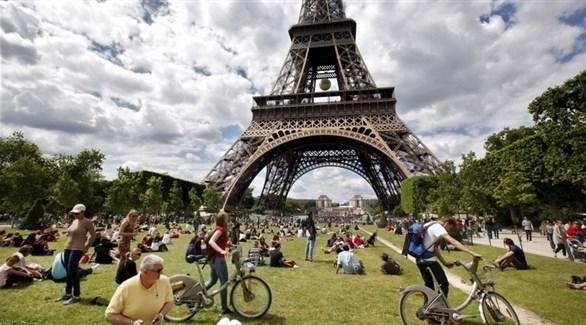 سواح أمام برج إيفيل في فرنسا (أرشيف)