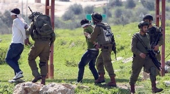 قوة من جيش الاحتلال الإسرائيلي تعتقل فلسطينيين في الضفة الغربية (أرشيف)