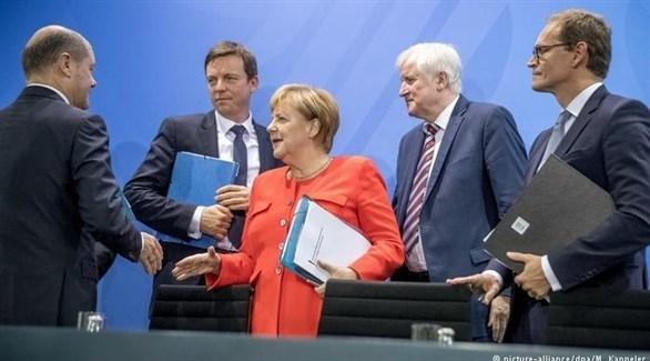 المستشارة الألمانية ونواب من التكتل البارفاي والاجتماعي في الحكومة (أرشيف)