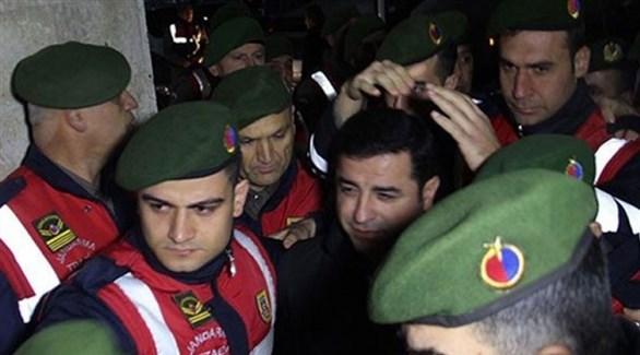 المعارض الكردي صلاح الدين دميرطاش محاطاً بعناصر من الدرك التركي (أرشيف)