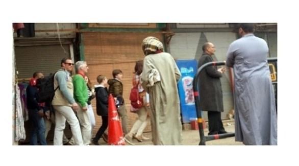 العاهل البلجيكي الملك فيليب بالأخضر وعائلته في سوق إسنا (الوطن)