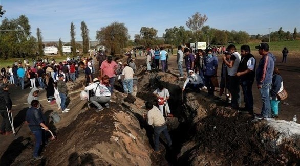 مكسيكيون يبحثون عن ضحايا في مكان الانفجار (تويتر)