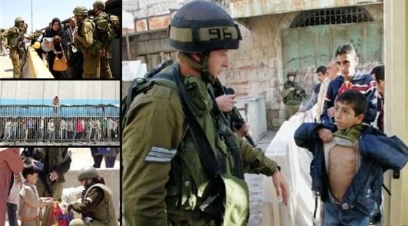 عسكريون إسرائيليون يفتشون فلسطينيين (أرشيف)