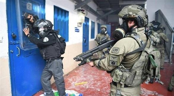 جنود إسرائيليون في أحد سجون الاحتلال (أرشيف)