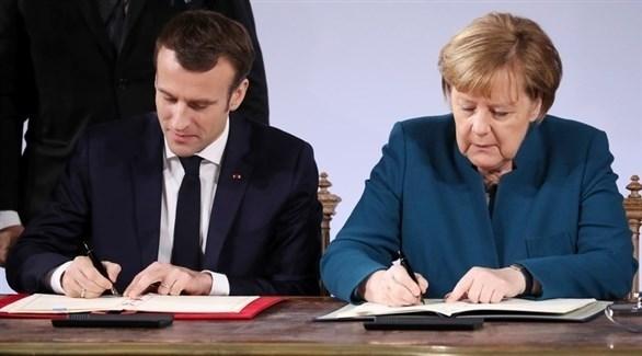 المستشارة الألمانية ميركل والرئيس الفرنسي ماكرون يوقعان معاهدة الصداقة (إيه بي أيه)