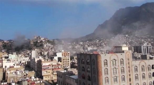 دخان يتصاعد بعد قصف للميليشيا الحوثية على تعز (أرشيف)