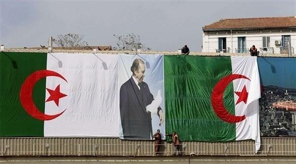 تعليق صورة للرئيس الجزائري عبدالعزيز بوتفليقة خلال الحملة الانتخابية السابقة (أرشيف)