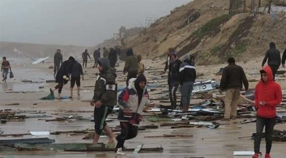 حطام قارب الصيد المصري متناثرأ على شاطىء غزة (أرشيف)