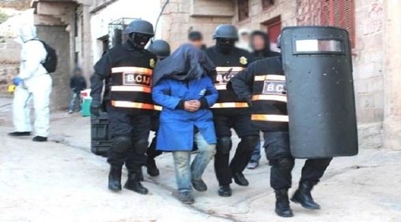 عناصر من المكتب المركزي المغربي للأبحاث القضائية يعتقلون داعشياً (أرشيف)