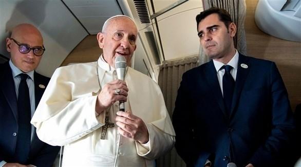 البابا فرنسيس يتحدث إلى الصحفيين على متن ائرة متجهة إلى بنما (إ ب أ)