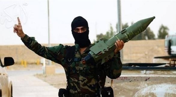 داعشي يحمل صاروخاً كيماوياً (أرشيف)