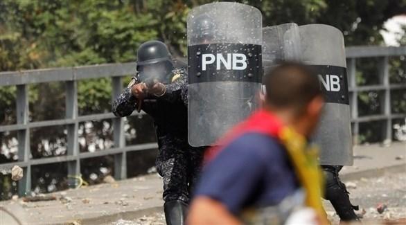 عناصر من قوات الأمن الفنزويلية تقمع مظاهرات في شوارع كراكاس تطالب بتنحي مادورو (تويتر)