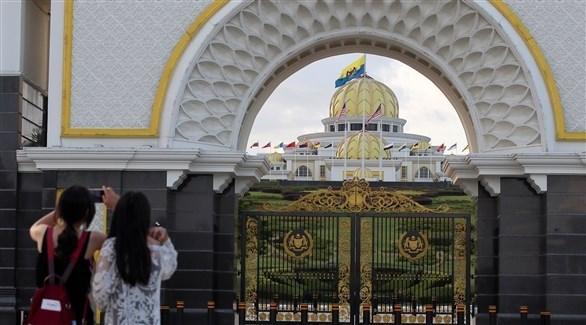 مجموعة من السياح تلتقط صوراً لقصر أستانا نيجارا (اي بي ايه)