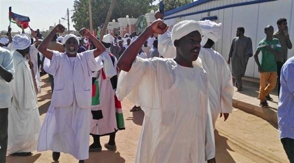 سودانيون في مظاهرة للاحتجاج (أ ف ب)