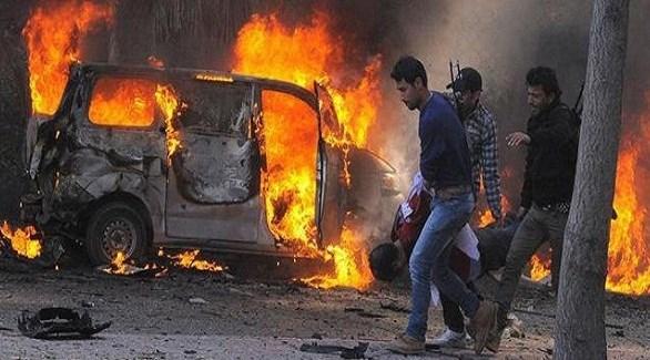 سوريون يُسعفون مصاباً في تفجير سابق بدمشق (أرشيف)