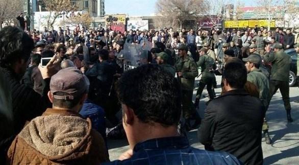 عناصر من قوات الأمن في إيران تقمع متظاهرين (أرشيف)